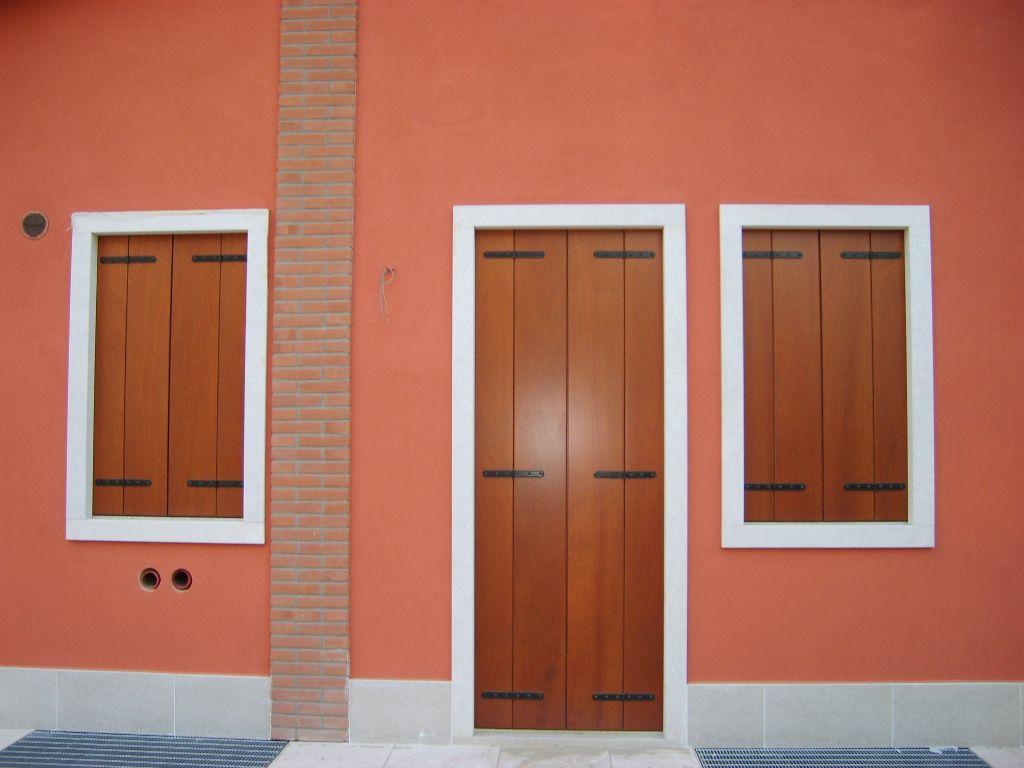 Realizzazione serramenti e scuri in legno in edificio for Scuri in pvc prezzi