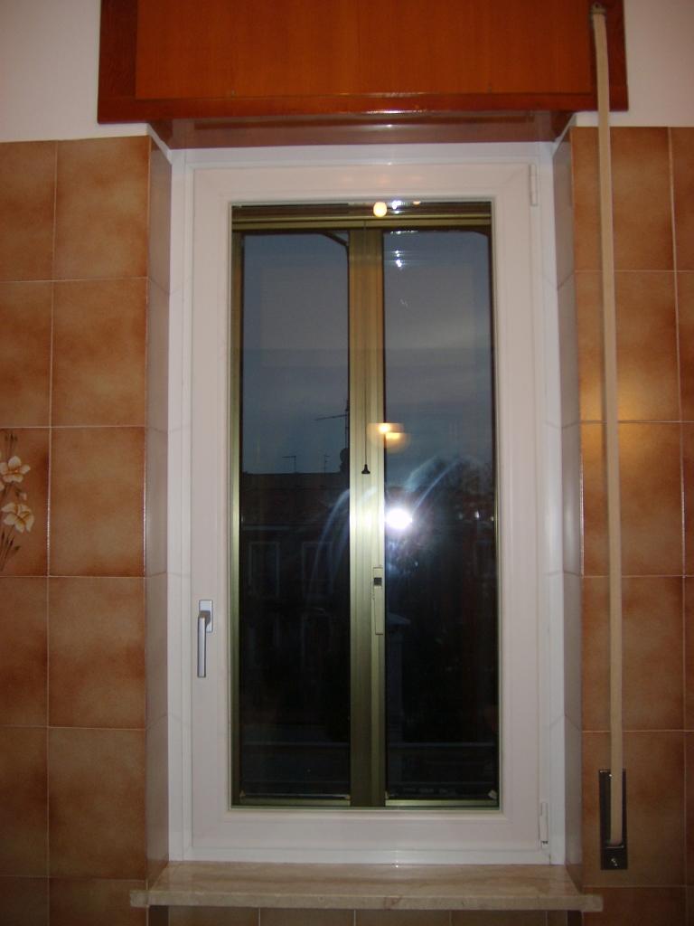 Sostituzione infissi portoncino in pvc e finestre bianche for Iva su infissi