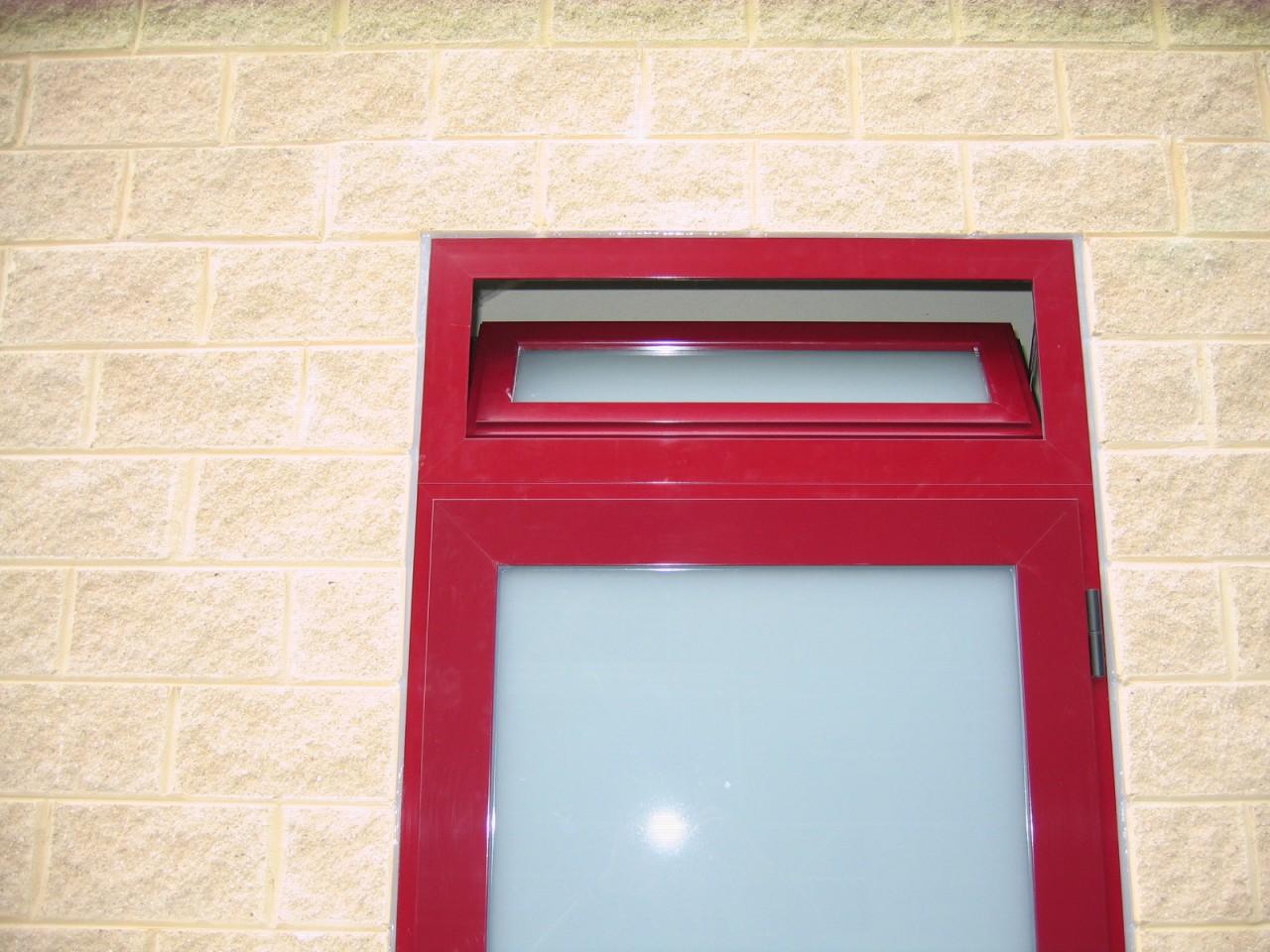 Serramento in alluminio con sopraluce apribile colore - Sopraluce porta ...