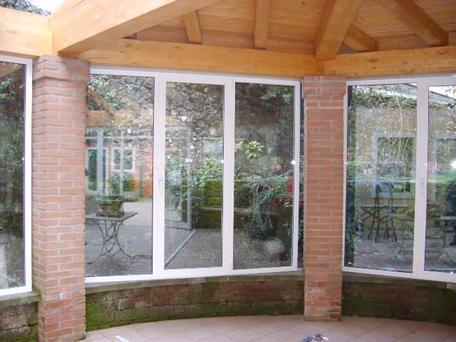 Veranda Esterna Con Travature In Legno E Serramenti In Alluminio