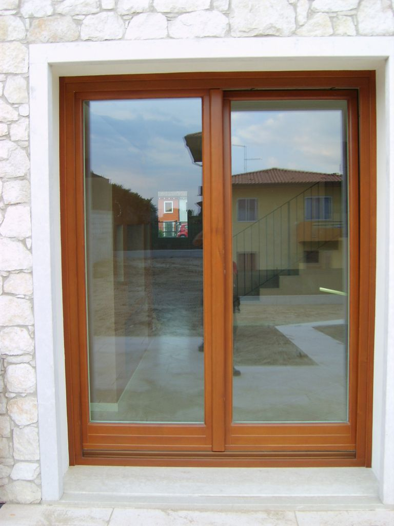 Realizzazione serramenti e scuri in legno in edificio residenziale infix - Porta finestra legno ...