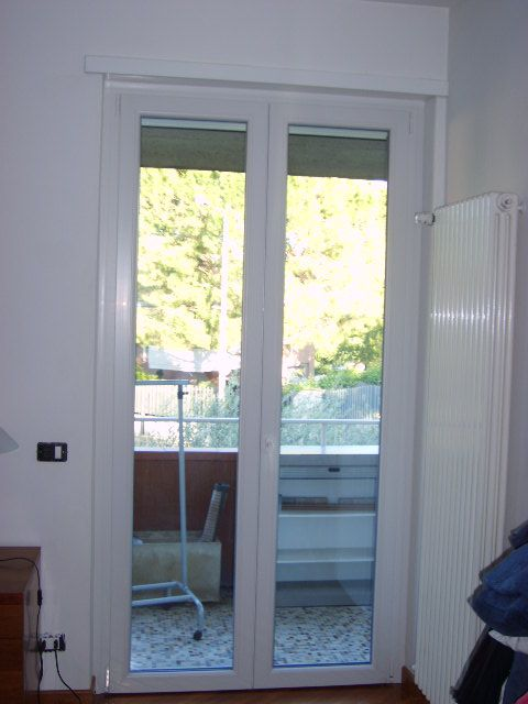 Serramenti e cassonetti bianchi con avvolgibili infix for Porta finestra pvc