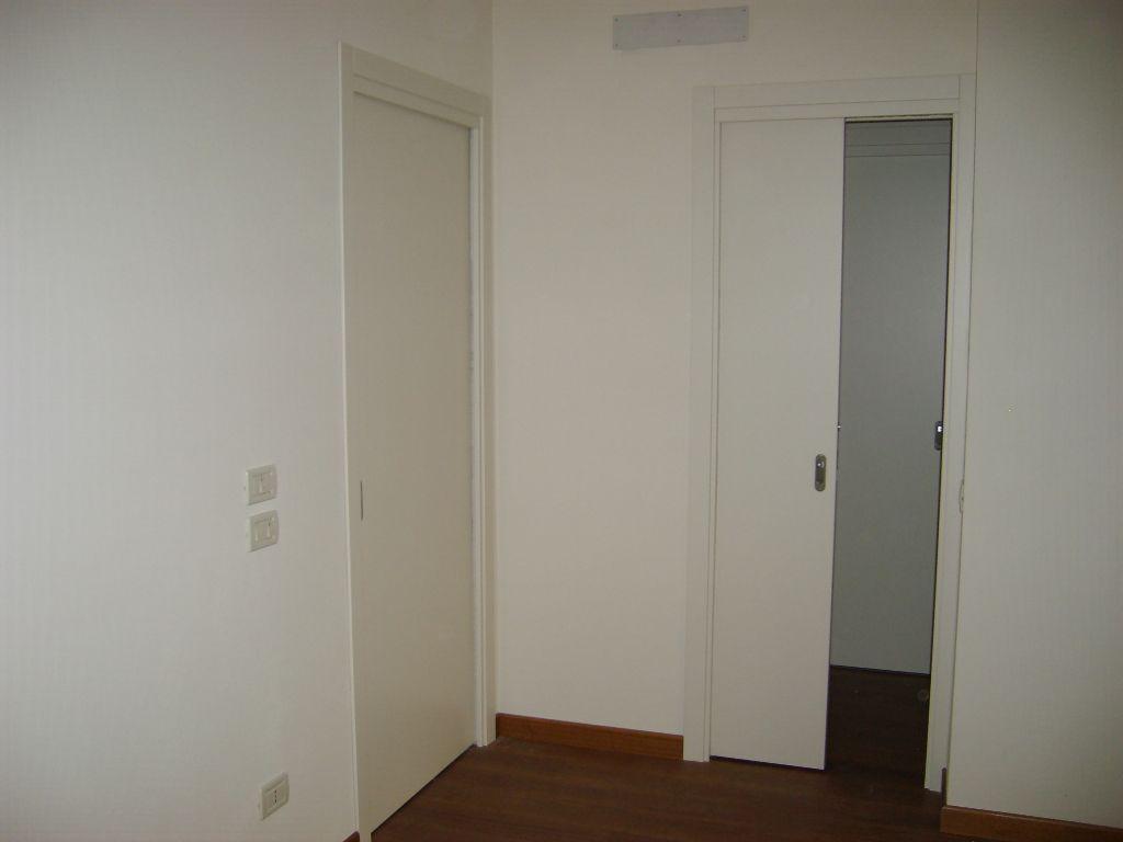Porta interna scorrevole laccata ral 9010 liscia infix - Porta garage scorrevole ...