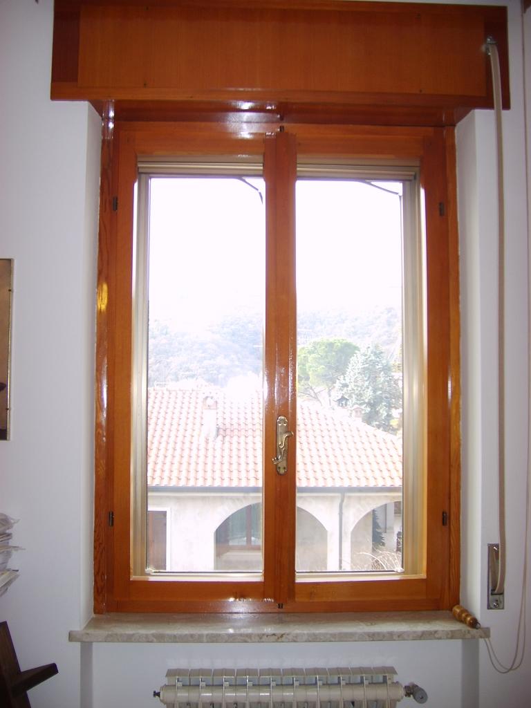 Sostituzione infissi portoncino in pvc e finestre bianche for Infissi in legno bianco