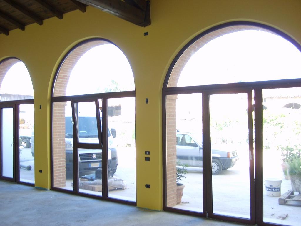 Serramenti in pvc ad arco colore noce infix - Porte per archi ...