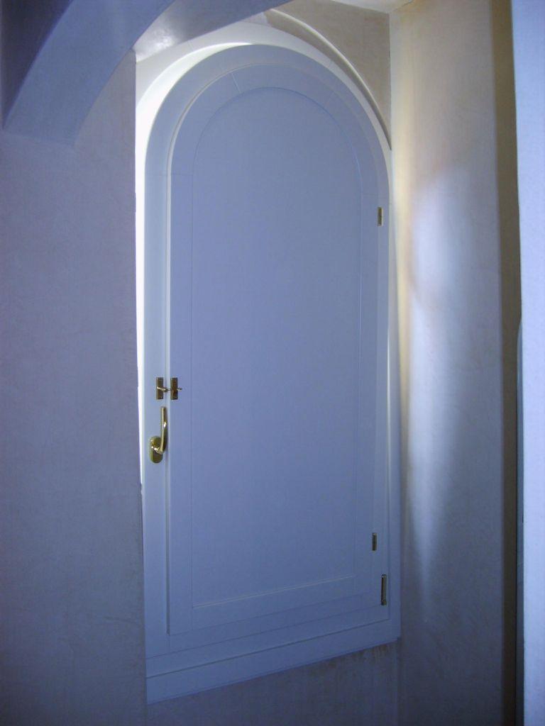 Serramento in legno ad arco con scuretto infix - Porte ad arco ...