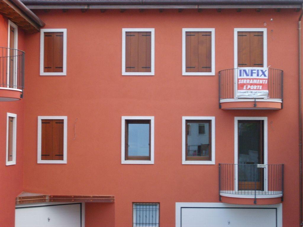 Realizzazione serramenti e scuri in legno in edificio residenziale