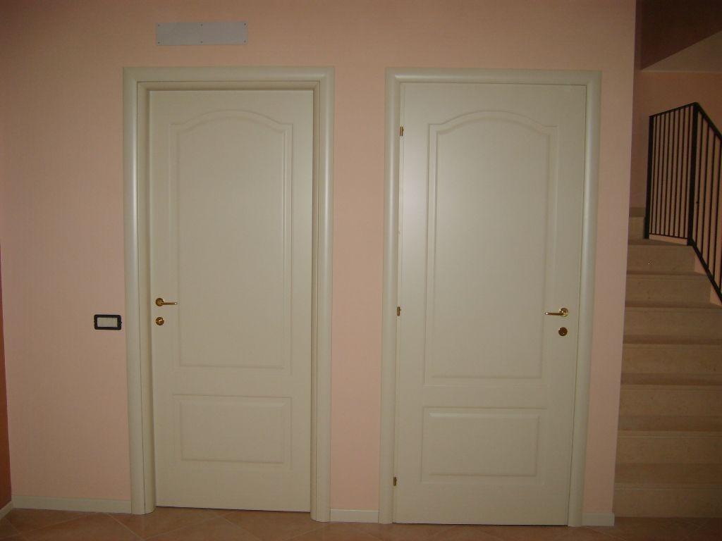 Porte interne con telaio tondo e cornici bombate
