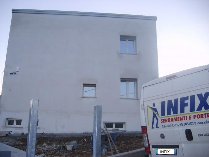 Installazione serramenti in legno/alluminio Rovere/bianco in edificio residenziale