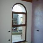 finestra_in_pvc_noce_con_arco.jpg